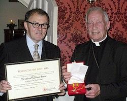 Terry Connor recevant des mains de Mgr Smith sa très contestable nomination au rang de chevalier de l'ordre de Saint-Grégoire-le-Grand.