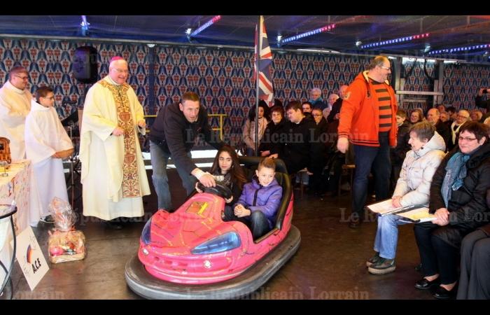 a-bord-d-une-auto-tamponneuse-deux-enfants-ont-apporte-les-hosties-et-le-vin-pour-la-celebration-de-l-eucharistie-photo-thierry-nicolas